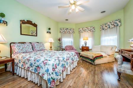 Blue Jay Manor B&B Charleston Room - Michigan City - B&B