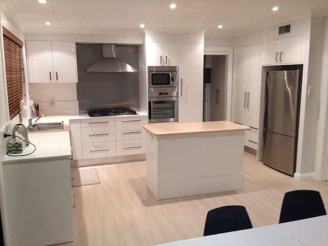 Girl only to stay,Shared bedroom in Modern house, - North Ryde - Hus