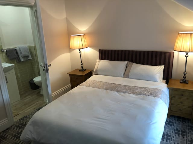 Double room private ensuite Limerick Inc Bfast