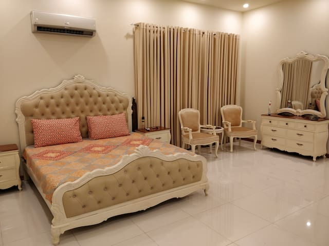 "5 Star Master 1BHK+Pvt Entrance. ""The Kings Court"""