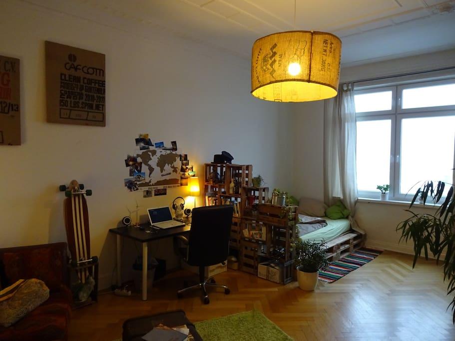 Dein Zimmer mit Schreibtisch. Your room with desk.