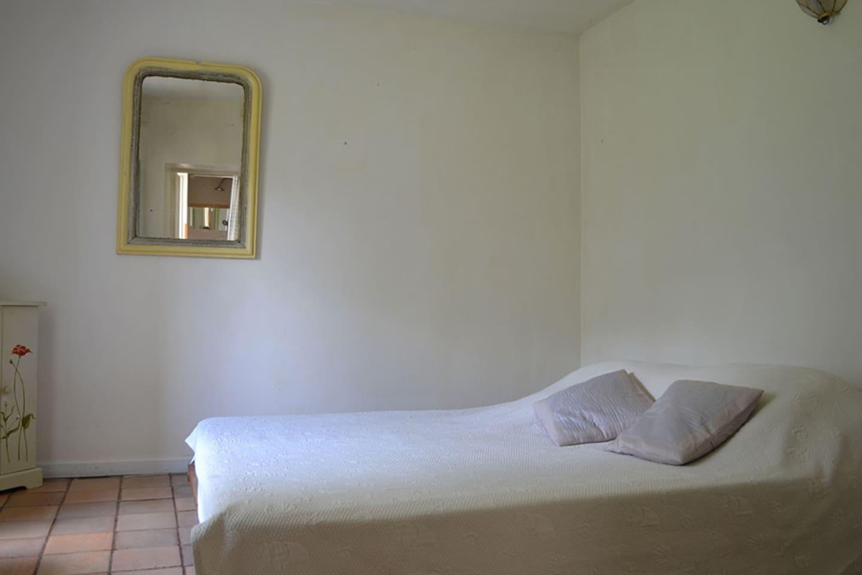 Chambre avec lit 2 personnes.