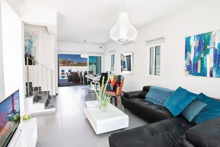 Sunshine Luxury 3 Bedroom villa with swimming pool - Protaras