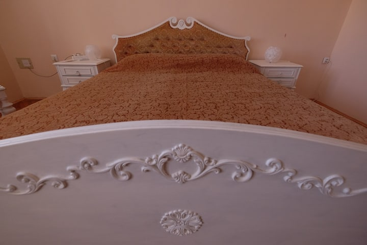 """CAMELIA""  spacious ensuite master bedroom"