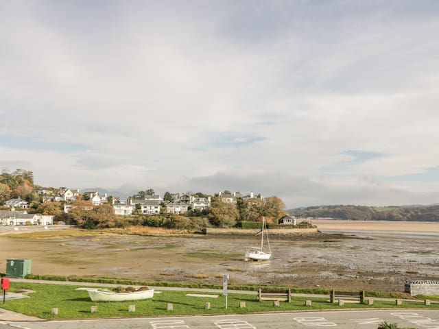 SEA VIEW APARTMENT, family friendly in Borth-Y-Gest, Ref 991797