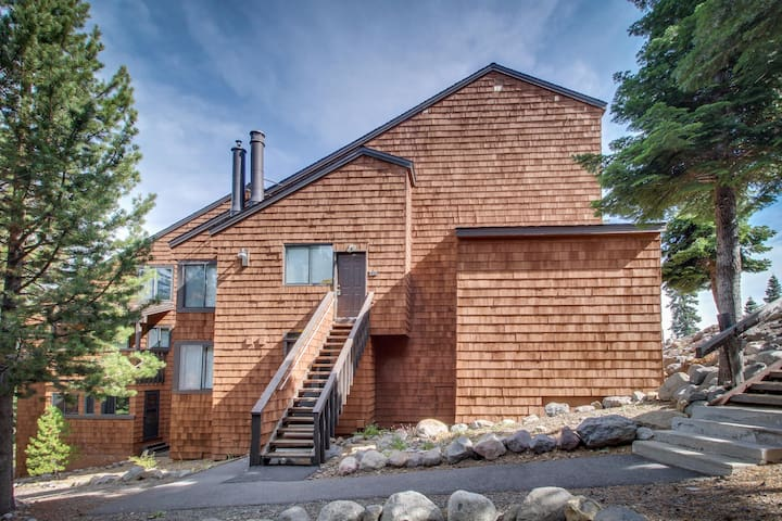 Comfy condo w/ shared pool, hot tubs - easy access to town, skiing, & the lake
