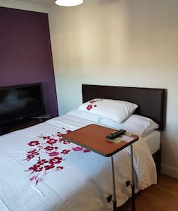 Lovely spacious private double room in family home
