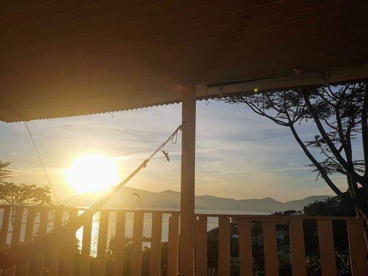 bangalô rosa.. sol nascente junto ao mar