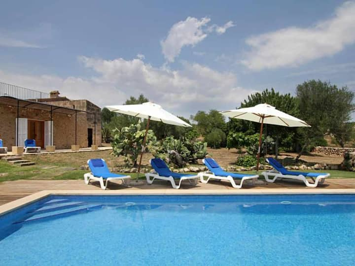 Mallorcan style house with pool and air conditioning 4 km from the sea