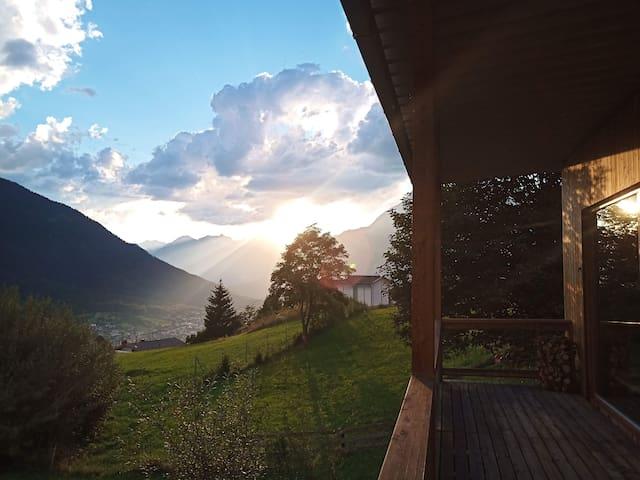 Wunderbare Sonnenuntergänge auf der Terrasse und im Haus geniessen.