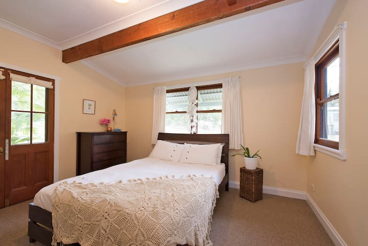 Queen Room with Balcony Surrounded by Nature - Ewingsdale