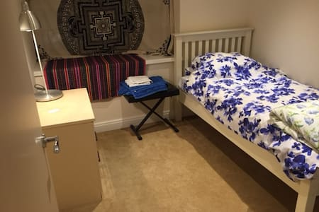 Small cosy room with all you need. - West Byfleet