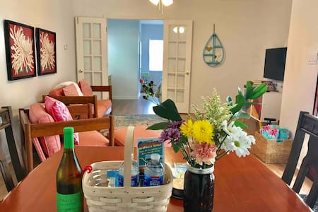Quaint Bright Cheerful Spacious Gulfport Suite