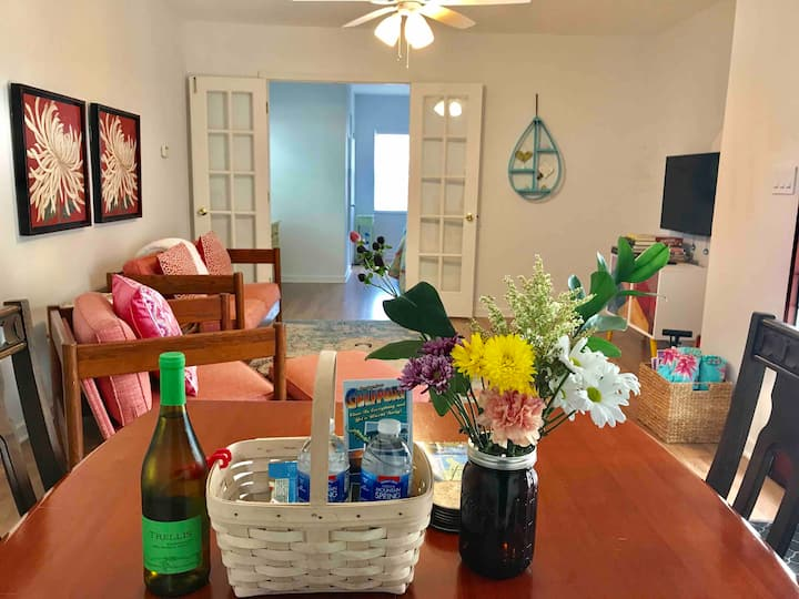 Quaint Bright Cheerful Spacious Gulfport Suite