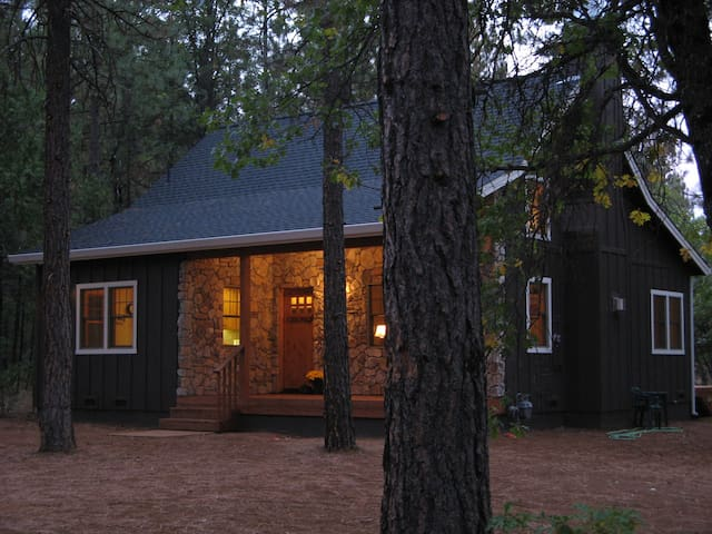 Cabin in Forest-like Setting - Burney - Huis