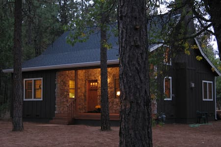 Cabin in Forest-like Setting - Burney - Maison
