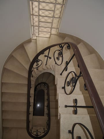 Quarto individual em casa ampla de três andares