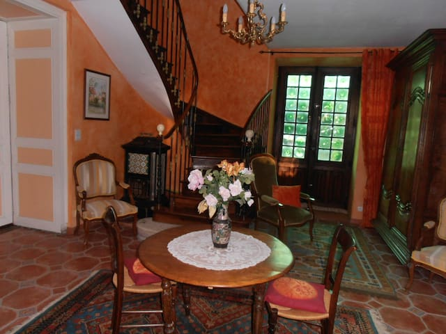 Chambre sur cour dans maison ancienne