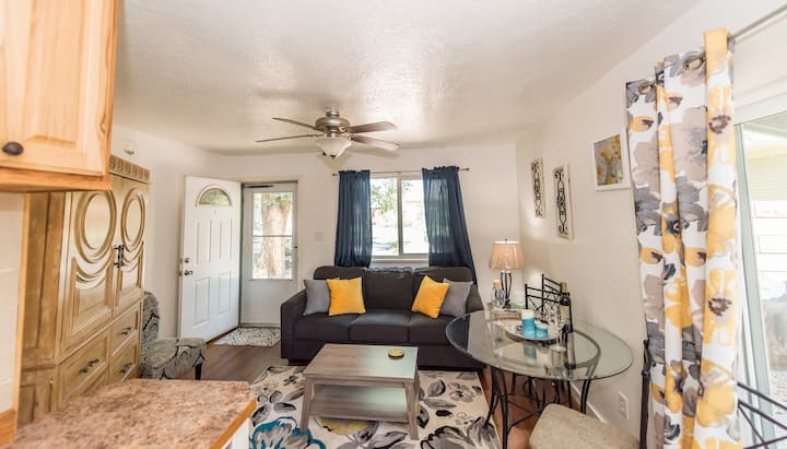 **LOCATION/HOT TUB/PRIVATE COURTYARD 0 pet fees**