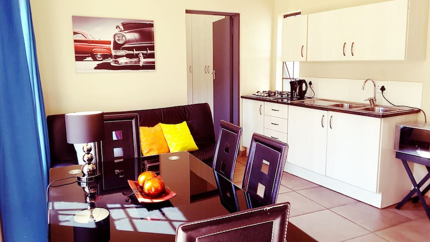 Sunny Hatfield Apartment | WIFI + DSTV | 1-3P