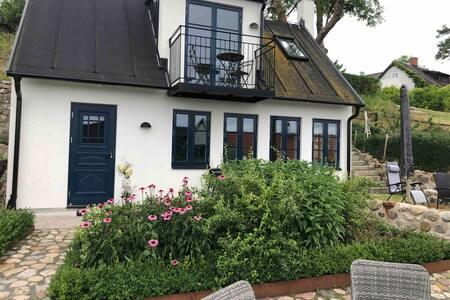 Hus med havsutsikt i Viks fiskeläge på Österlen