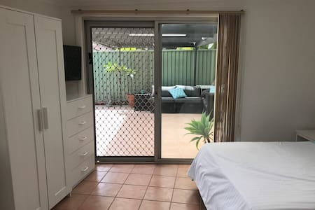 Self contained studio with kitchen and pool - Engadine
