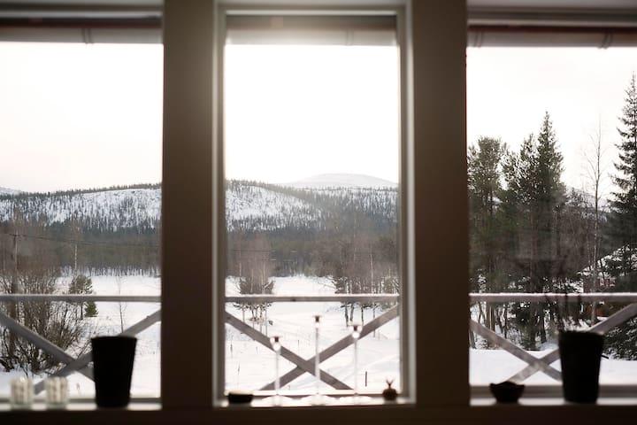 Stuga med utsikt mot sjö och fjäll - Lofsdalen