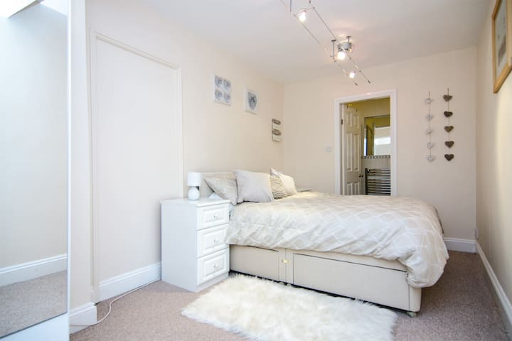 Double Bedroom Flat- Burntwood