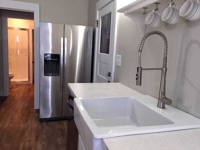 Fresh Modern Classic w/ Parking - Lakewood - Apartamento