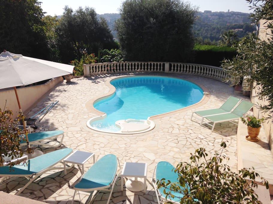 Grande piscine chauffée du 15 mai au 15 septembre.