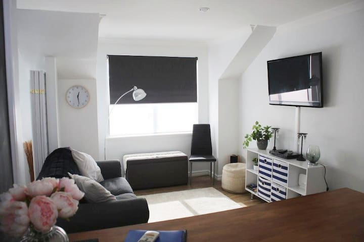 Modern CBD Studio Apartment with Garage & WIFI