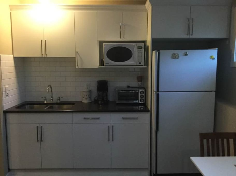 Kitchenette equipt with full size fridge, large toaster oven, Microwave, portable double burner cooktop, coffee pot.. kettle.. all the essentials for a Kitchen.
