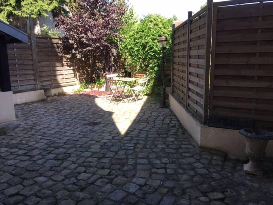 Petite cour extérieure, pour prendre son café au soleil..