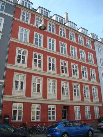 Flot og rummelig lejlighed i indre København