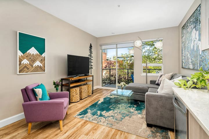 2 BR Downtown Modern Condo! King Bed! Parking!