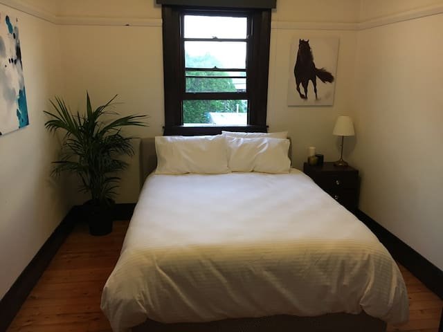 Luxury Queen Bed in Art Deco Flat - Randwick - Apartment