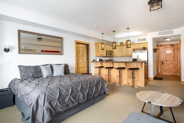 "Kitchen Studio w full bath, King Bed, & 65"" TV"