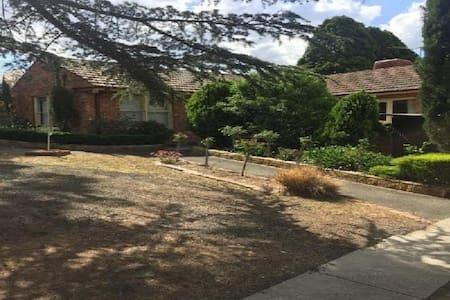 LARGE VEGAN FAMILY HOME - Greensborough - บ้าน