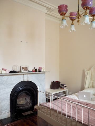 Room in Victorian Terrace house bordering the CBD