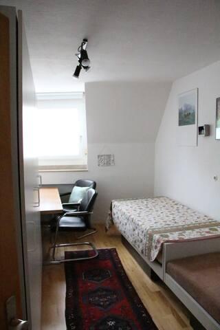 das Zimmer, von der Tür aus