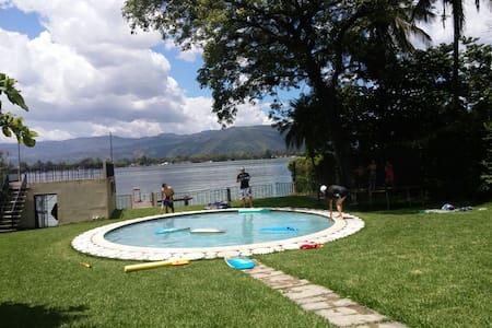 Lugar de descanso fuera del ruido. - Lago de Amatitlan, Guatemala