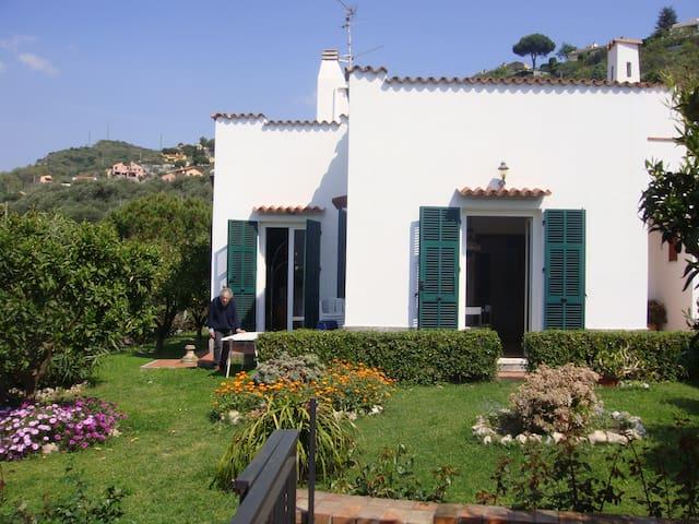 Villa vista mare con ampio giardino - フィナーレ・リグレ - 別荘