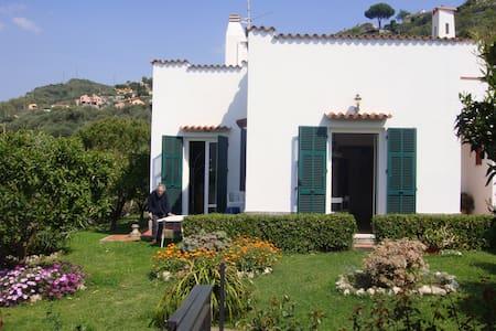 Villa vista mare con ampio giardino - Finale Ligure - วิลล่า