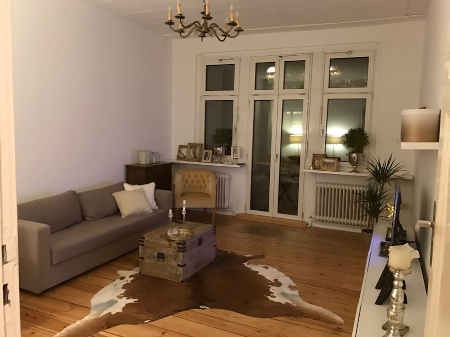 Cozy living room ( there is also a separate bed room)