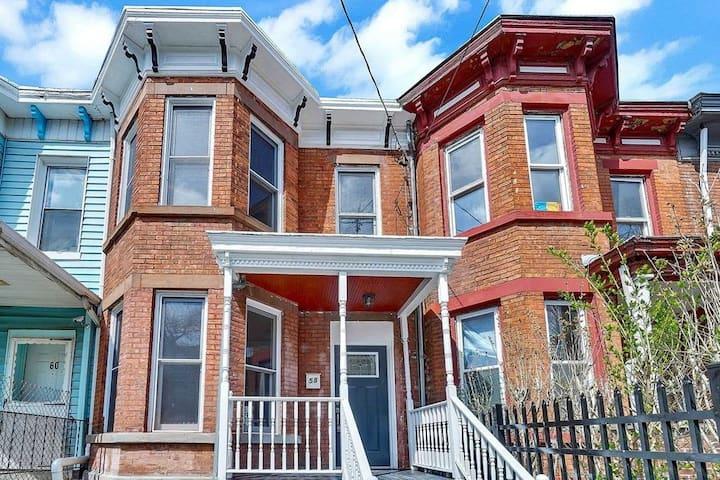 Conveniently located 1890s Row House Studio