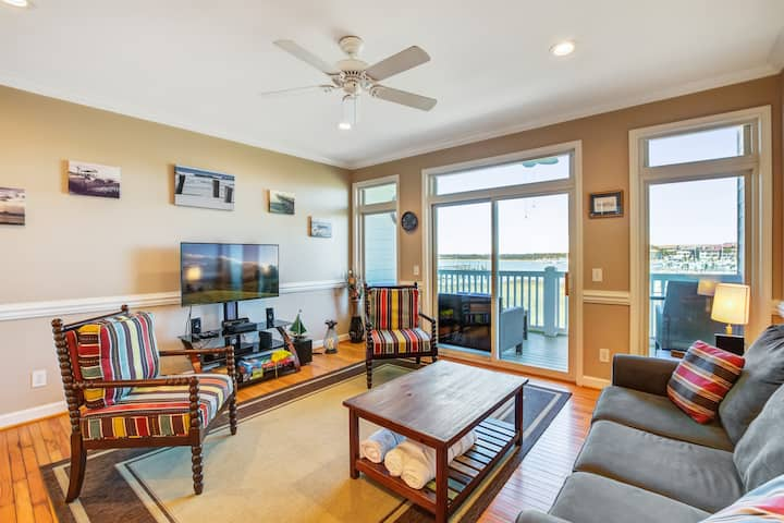Charming vila w/river views, screened porch, shared pool, and a Ping-Pong table!