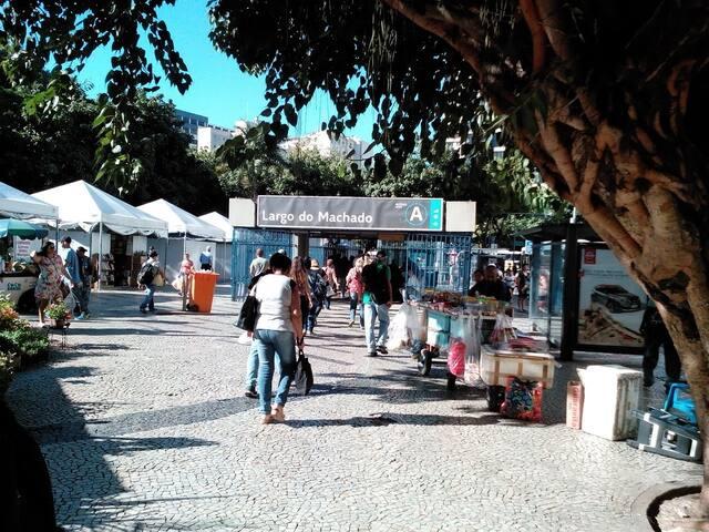Metro Largo do Machado meno de 10 minutos a pe.