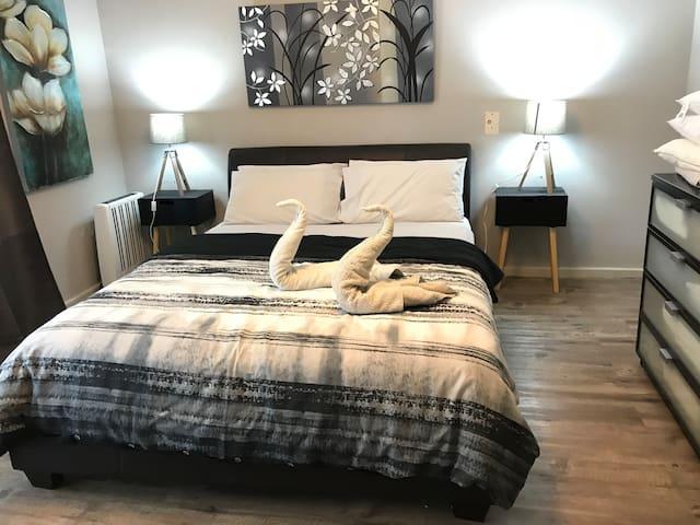 Main Bedroom (1 x Queen Bed)