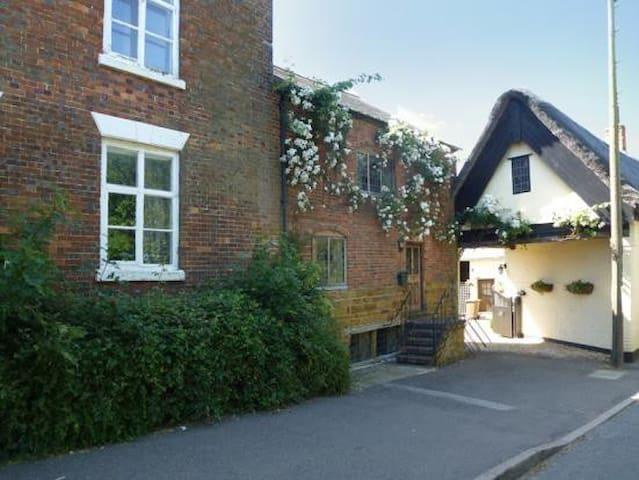 Tumbledown Cottage - A quirky cottage with charm