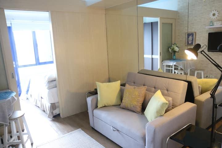 1 Bedroom w/ Balcony, Sea Residences, MOA view